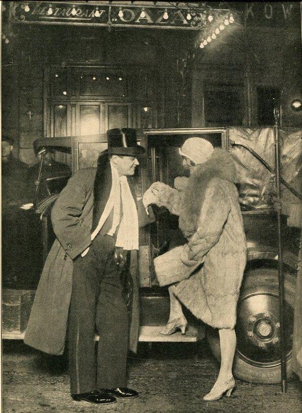 Prawdopodobnie Eugeniusz Bodo przed wejściem do Oazy. Foto: archiwum Bartosza Paluszkiewicza.