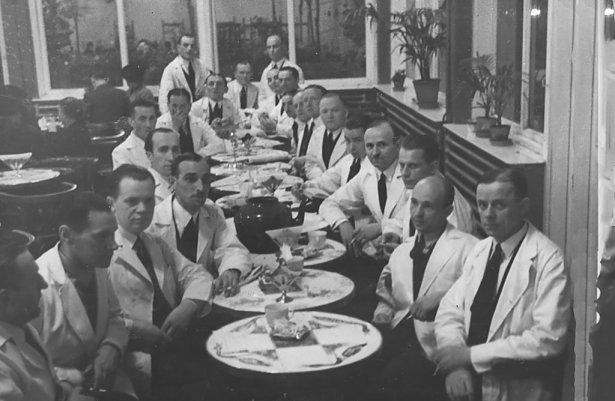 Strajkujący kelnerzy w cukierni Lardellego w Warszawie, 1936 r. Foto: archiwum Bartosza Paluszkiewicza.