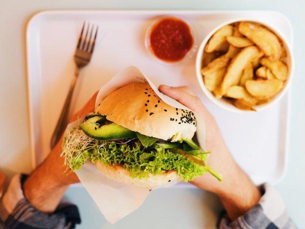 Wegański burger z Krowarzywa. Zdjęcie: materiały prasowe.