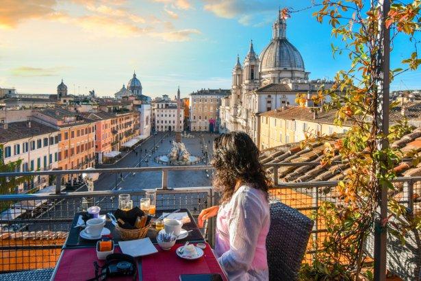 Śniadanie na tarasie luksusowego hotelu z widokiem na Piazza Navona w Rzymie. Zdjęcie: Shutterstock.com.