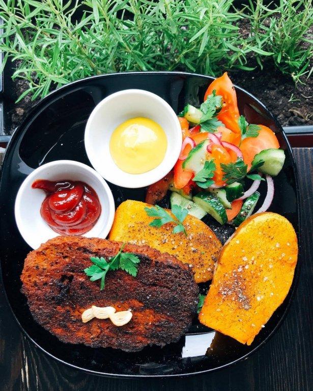 """Grillowana \""""karkówka"""" z seitana z ziemniakami z rusztu i sałatką. Foto: materiały prasowe Marshall Food."""