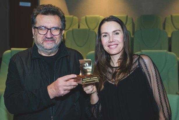 Jerzy Kapuściński i Olga Bołądź ze statuetką za Alicję i żabkę (nagroda główna za krótki metraż na 45. Festiwalu Polskich Filmów Fabularnych w Gdyni)