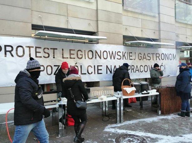 W podwarszawskim Legionowie restauratorzy nie otworzyli jednak swoich lokali. W zamian, mimo mrozu, protestowali przeciwko rządowym obostrzeniom. Zdjęcie: Facebook.com.