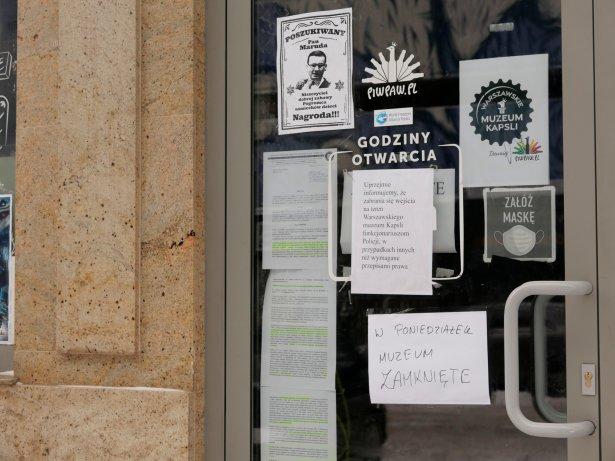 """Wejście główne do \""""Muzeum Kapsli"""". Kartka na drzwiach zabrania wchodzenia do środka policji. / Zdjęcie: Przemysław Ziemichód"""
