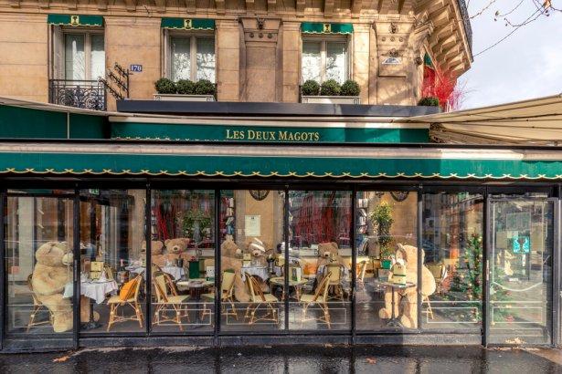 Zamknięta restauracja na Boulevard Saint Germain w Paryżu, styczeń 2021 r. Zdjęcie:  Jerome LABOUYRIE/ Shutterstock.com