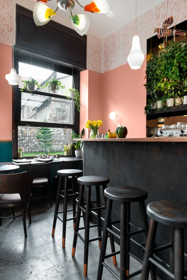 Wnętrze baru Ranny Ptaszek. Właścicielki marzą o tym, aby wrócili tu goście. Zdjęcie: Mateusz Torbus