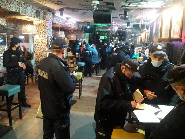 Interwencja policji w pubie Piw Paw. Zdjęcie: Facebook.com