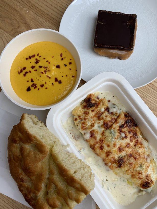 Zapiekane cykorie z serem bleu, z domową focaccią, pikantna zupa marchewkowa, ciastko karmelowo-czekoladowe. Fot.: archiwum własne