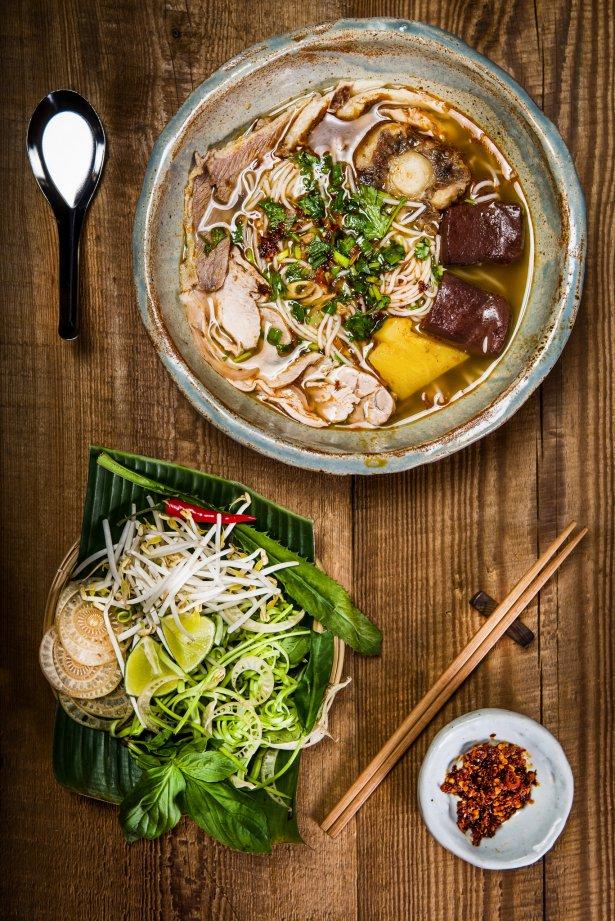 Zupa z owocami morza Bun Rieu Cua z restauracji Sajgonka. Zdjęcie: Marcin R. Szulżycki