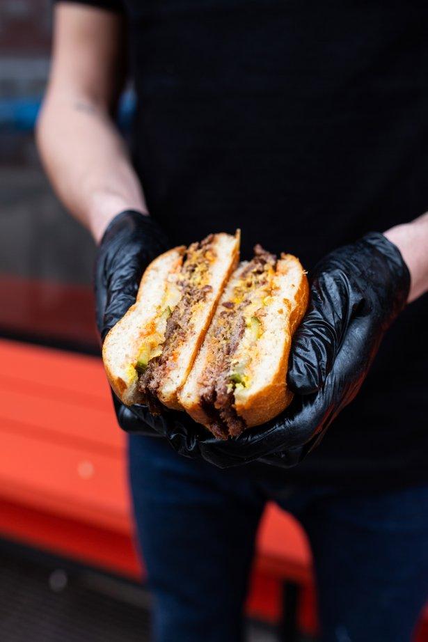 Smash burger z oferty lokalu Smashny w Warszawie. Zdjęcie: materiały prasowe