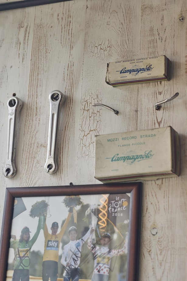 Zdjęcie zwycięzców klasyfikacji TDF z podpisami, akcesoria kolarskie firmy Campagnollo z lat 80. Fot. Michał Radwański