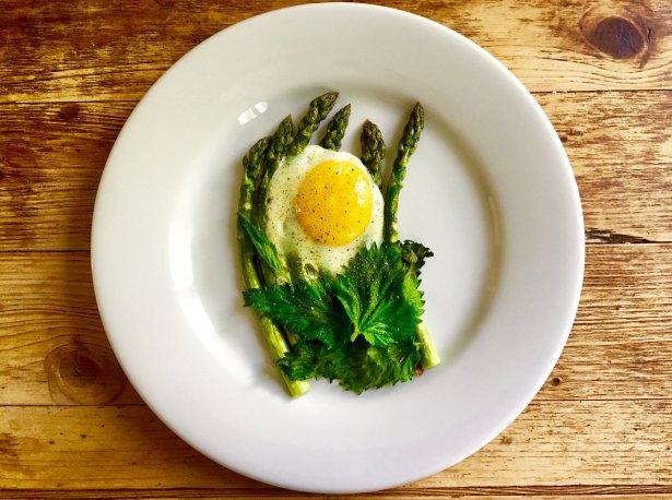 Wiosenne danie ze zblanszowanej pokrzywy z czosnkiem na oliwie.