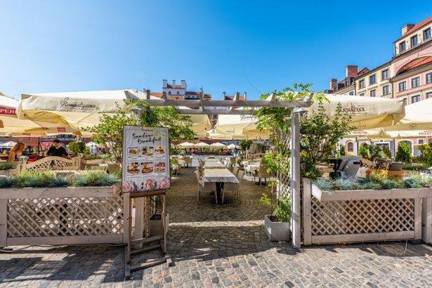 Ogródek restauracyjny na Rynku Starego Miasta w stolicy. Zdjęcie: Shutterstock.com