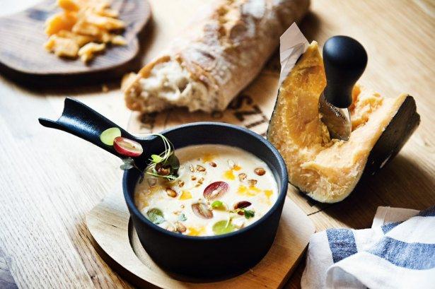 Zupa serowa z menu Bursztynowej Bistro w Warszawie. Zdjęcie: materiały prasowe