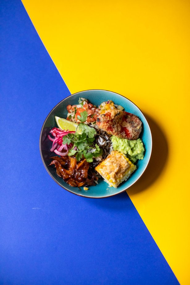 """Mexico bowl z papryką \""""sweet bite"""" smażoną w panko, salsami elote z kukurydzy. Fot. Magda Klimczak"""