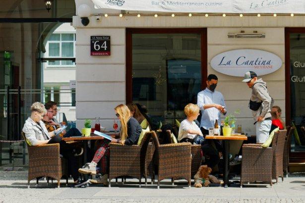 Ogródek multitapu Kapsli i Kufli w Śrómieściu w Warszawie. Zdjęcie: Shuterstock.com