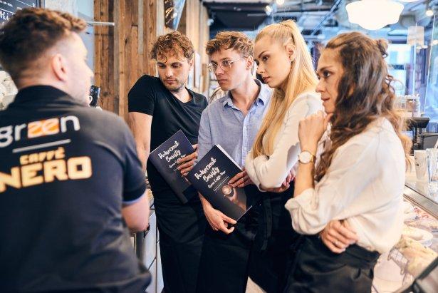 """Szkolenie baristyczne dla aktorów musicalu """"Waitress"""" w Teatrze Muzycznym ROMA. Zdjęcie: materaiły prasowe"""