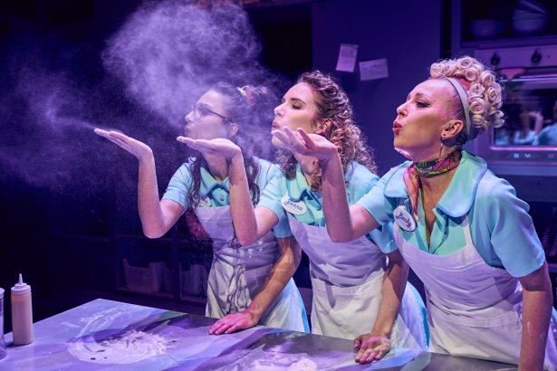 """Musical """"Waitress"""" w Teatrze Muzycznym ROMA. Zdjęcie: Karol Mank"""