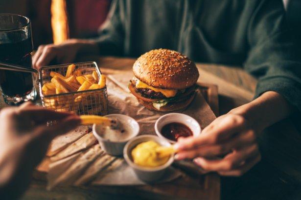 Burgery z dodatkami. Zdjęcie: Shutterstock.com