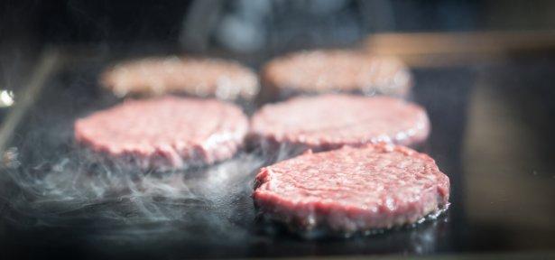 Smażenie burgerów. Zdjęcie: Shutterstock.com