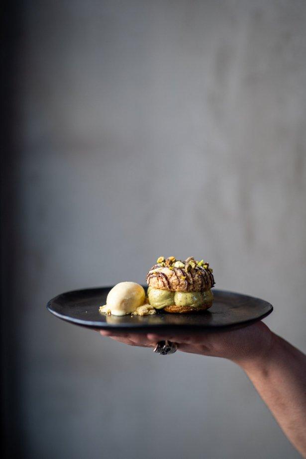 Paris Brest z pistacjowym kremem – deser Michała Gniadka, szefa kuchni restauracji Klonn. Zdjęcie: materiały prasowe