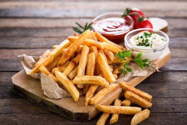 Frytki z ulubionymi dodatkami - keczupem i majonezem. Zdjęcie: Shutterstock.com