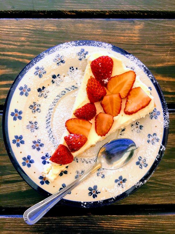 Tarta z truskawkami z Gospody pod Czarnym Łabędziem w Rydzewie. Zdjęcie: Monika Jankowska-Kapica