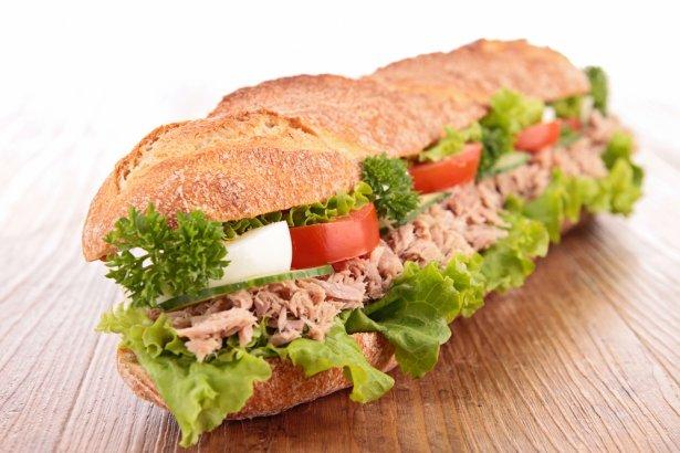 Kanapka z tuńczykiem. Zdjęcie: Shutterstock.com