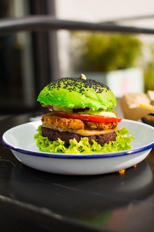 """Burger Kapitan Syto z zieloną bułką \""""maślaną"""" i """"mięsem Syto"""". Fot. Weronika Pochylska"""