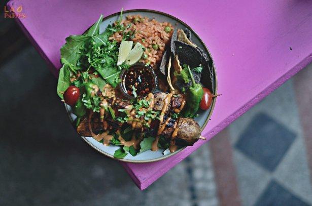 Miska wypełniona ryżem, frijoles, refritos, szaszłykami z pieczonych warzyw, meksykańskim colesławem, świeżymi dodatkami, nachos i salsą. Fot. Tymon Kotliński