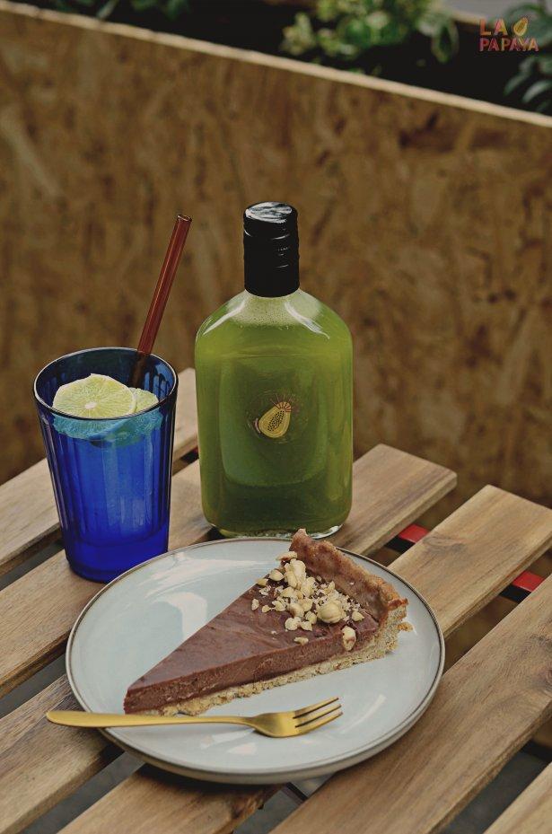 Czekoladowo-orzechowa tarta na kukurydzianym spodzie podana z domową lemoniadą z zielonym ogórkiem, świeżym jalepeño, miętą i limonką. Fot. Tymon Kotliński