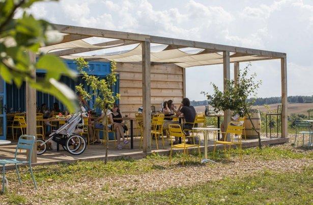 Plenerowa restauracja Niwa znajduje się na terenie gospodarstwa Kwaśne Jabłko i działa w sezonie letnim. Fot. Magda Klimczak