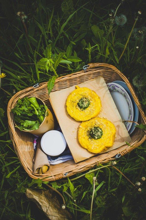 Menu degustacyjne serwowane w formie koszy piknikowych: 5 przystawek, sałaty z ogrodu, chleb z rzemieślniczej piekarni BoChenek. Fot. Magda Klimczak