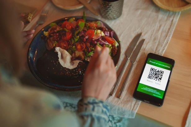 Wstep do restauracji tylko z paszportem covidowym? Zdjęcie: Shutterstock.com