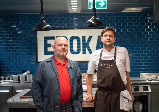Francuski food designer Marc Bretillot przygotowuje kolację wraz z szefem kuchni warszawskiej restauracji Epoka Marcinem Przybyszem. Zdjęcie: materiały prasowe