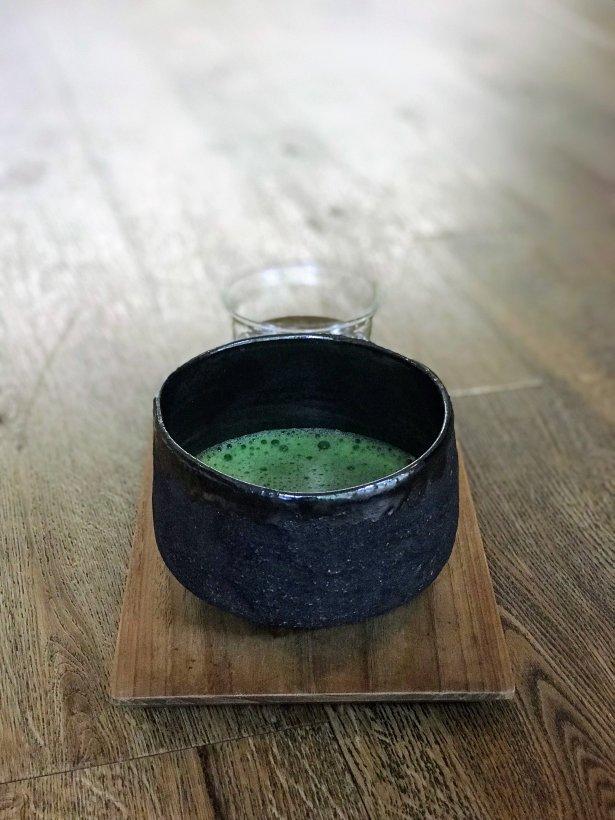 Matcha – ceremonialnej jakości zielona herbata podawana tradycyjnie, w tzw. Chawan (czarkach do Matchy). Fot. Monika Jankowska-Kapica